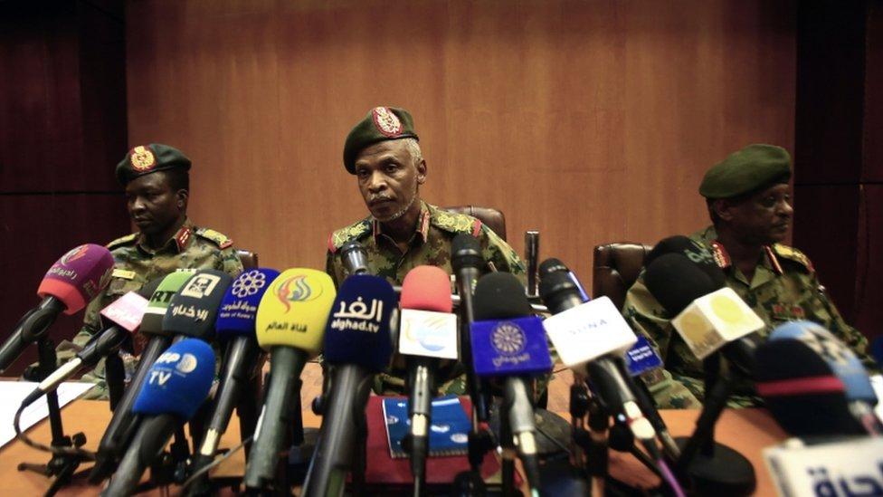 عمر زين العابدين (في الوسط) يتحدث في مؤتمر صحفي