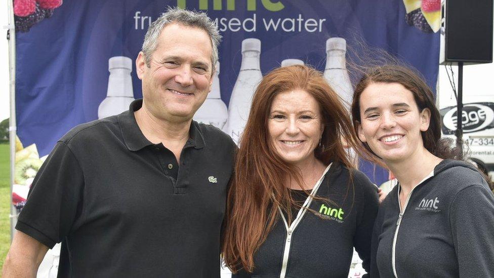 Kara Goldin con su marido y una de sus hijas, Emma