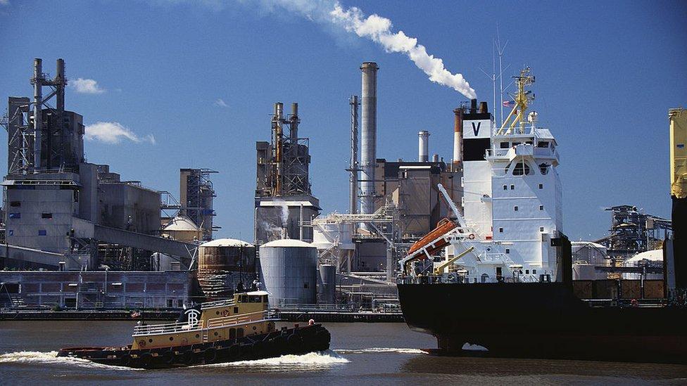 La OMI espera reducir hasta en 77% las emisiones de gases contaminantes de la industria naviera mundial.
