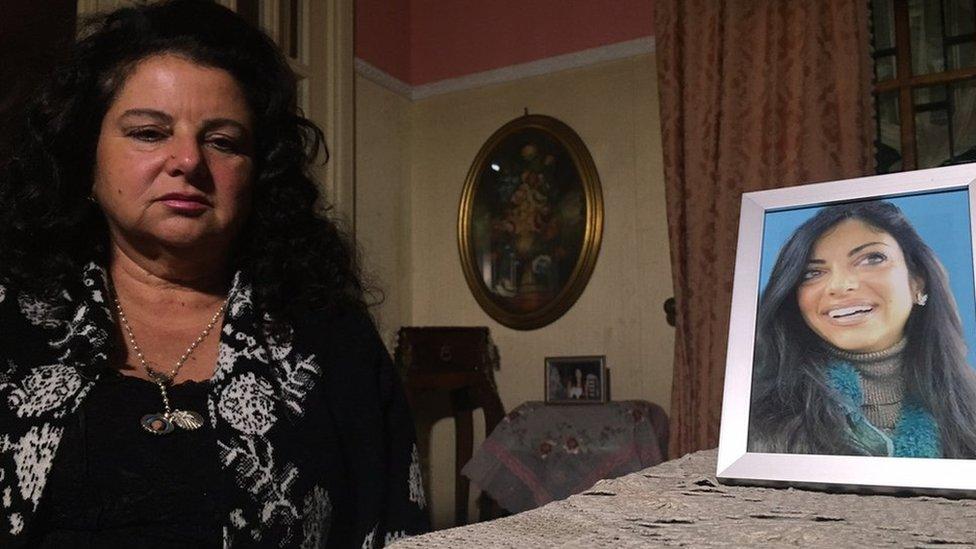 ماريا تيريزا جيليو بجانب صورة لابنتها