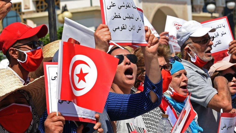 الشارع التونسي متفاعل مع الأزمة بين أطراف الحكم في البلاد