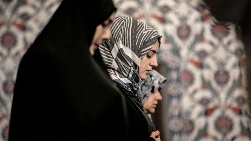 نساء يؤدين الصلاة في أحد المساجد بجنوب أفريقيا