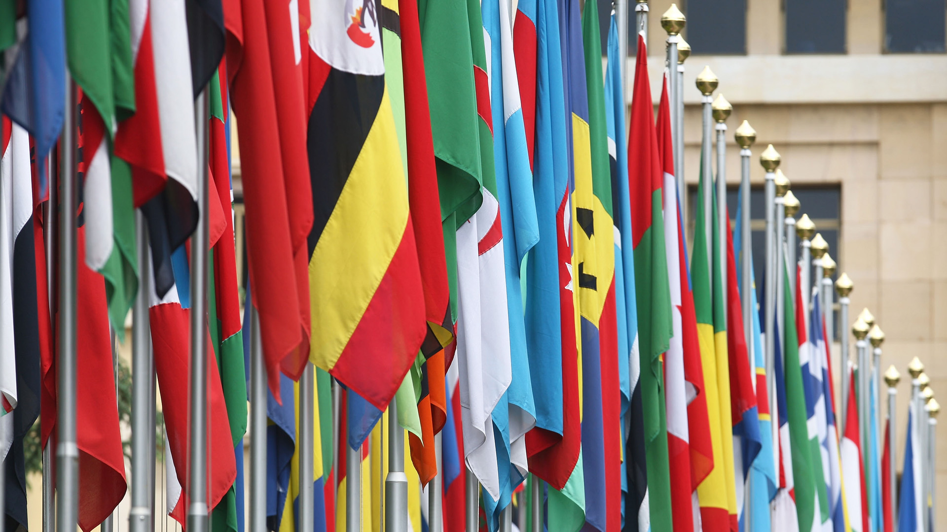 Bandeiras enfileiradas em frente à ONU