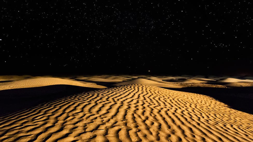 Noche estrellada sobre el desierto Sahara en Túnez.