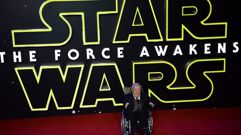 Kenny Baker at Star Wars premiere in 2015