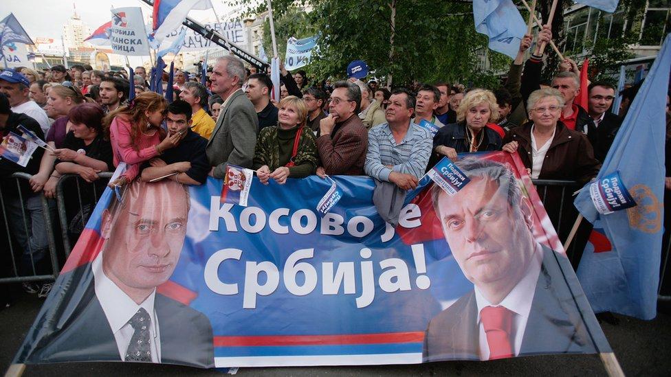 Poster s likom Vladimira Putina i Vojislava Koštunice