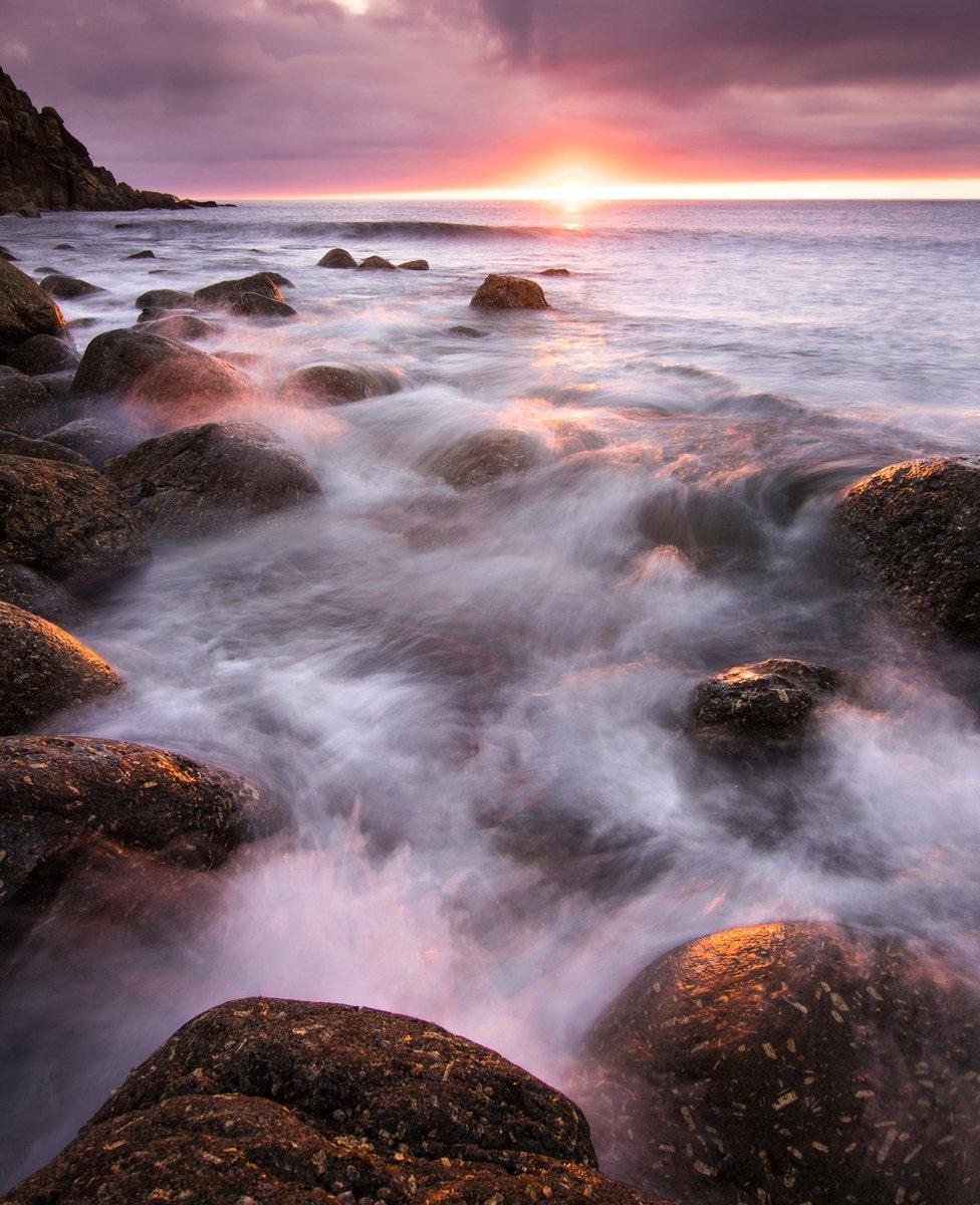 Voda i magla se sudaraju preko kamenja