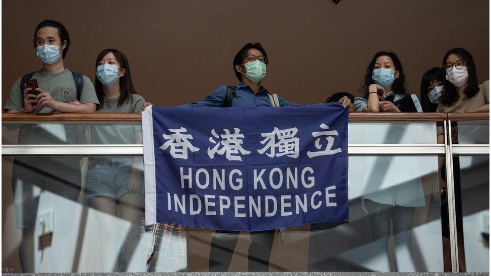 6月30日中午,仍然有市民在商場內抗議,並高舉可能即將被禁的標語。