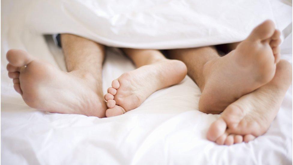 أقدام شخصين في سرير
