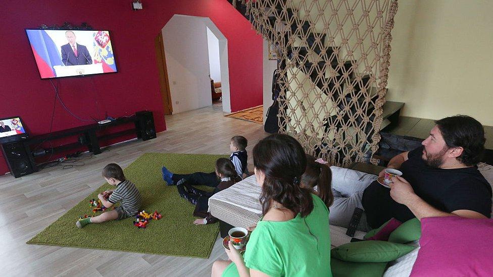Una familia rusa observa al presidente Putin por televisión