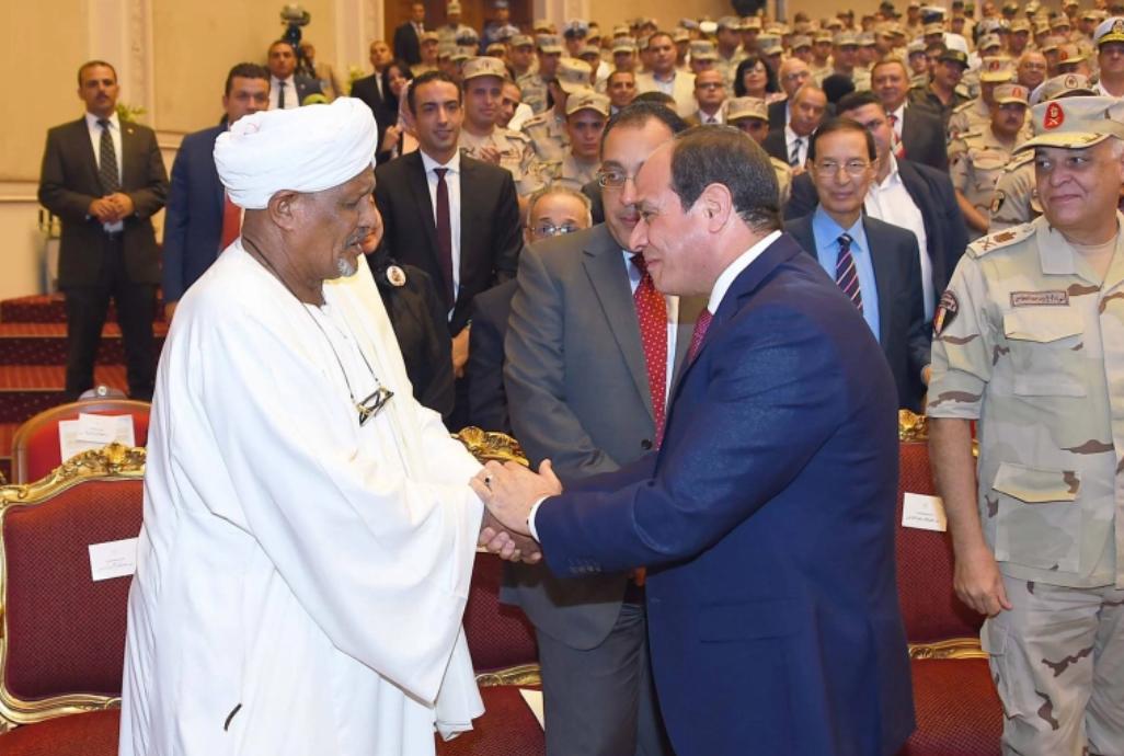 أحمد إدريس مع الرئيس عبد الفتاح السيسي في أكتوبر/تشرين الأول 2017