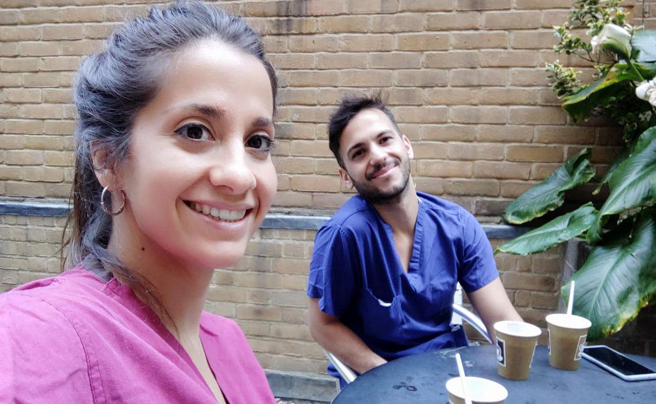 Belen Montoro y otro enfermero español, Jesús Repiso, durante un momento de descanso en verano en el patio del hospital donde trabajan en Londres
