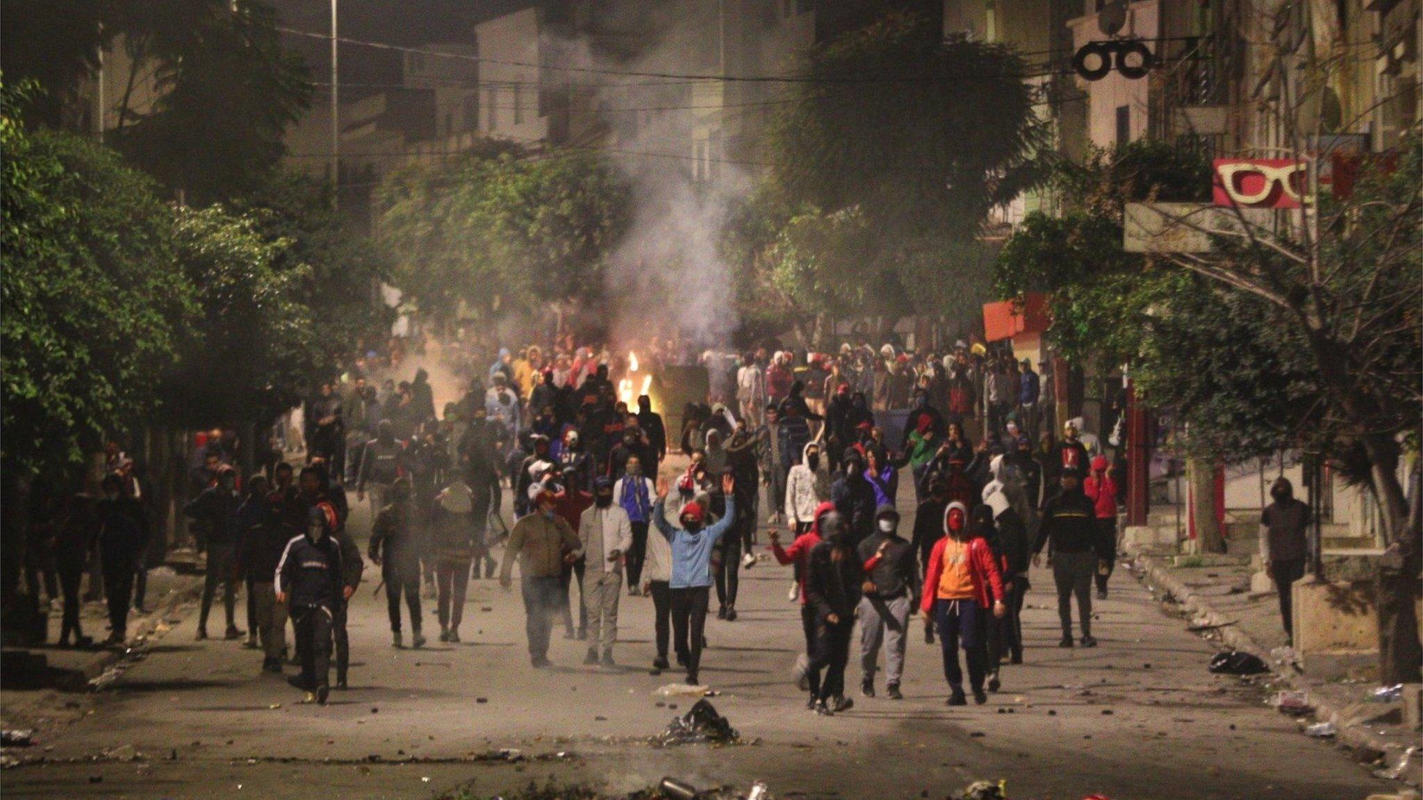 احتجاجات تونس: هل أقنعت خطابات حكومة المشيشي الشباب الغاضب؟ - BBC News عربي