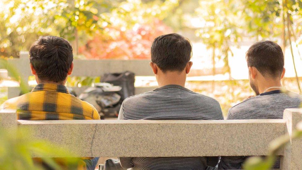 parkta genç erkekler