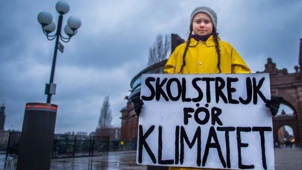"""Greta Thunberg con un cartel que dice """"huelga por el clima"""", en referencia a las huelgas escolares para protestar por el cambio climático."""