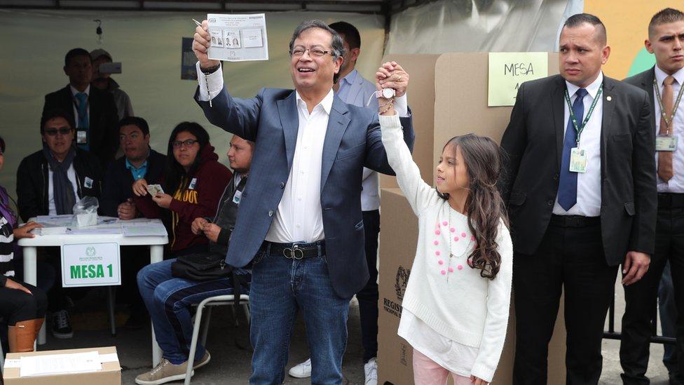 Petro votando