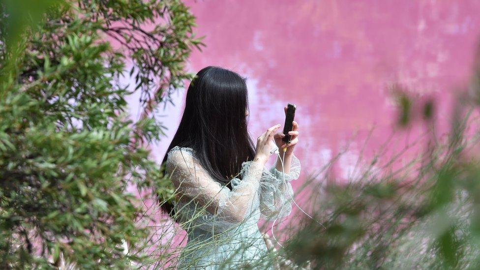Žena fotografiše jezero