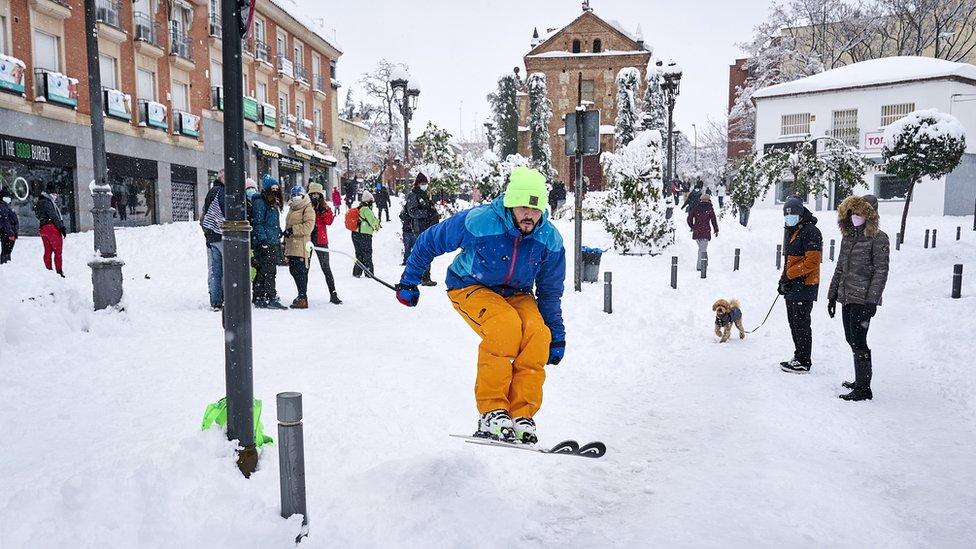 Лыжник во время сильного снегопада Филомена
