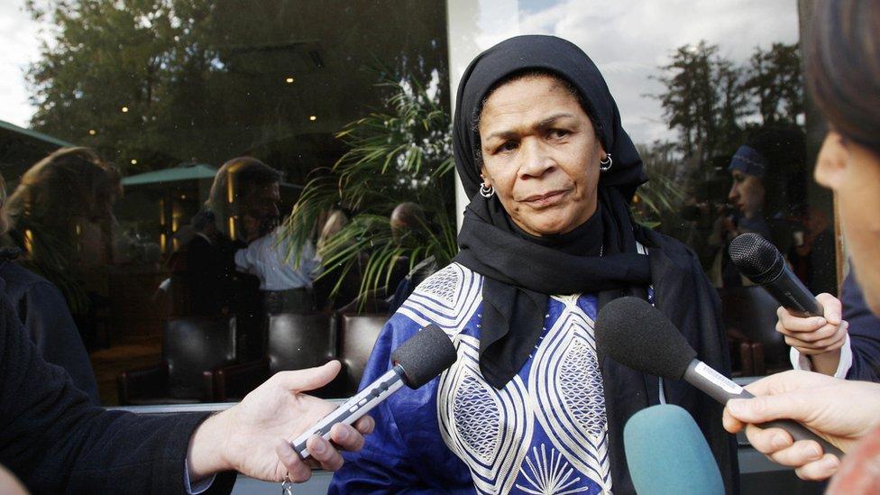 الأستاذة الجامعية أمينة ودود تؤم صلاة في مدينة أكسفورد في إنجلترا عام 2008