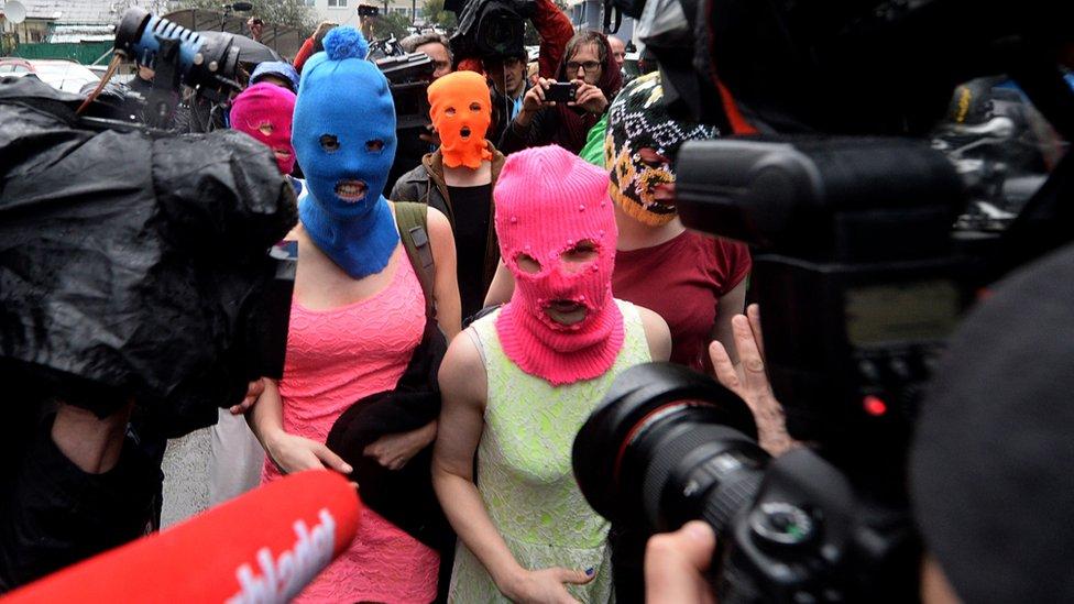 """""""暴動小貓""""的標誌是她們五顏六色的頭套。"""