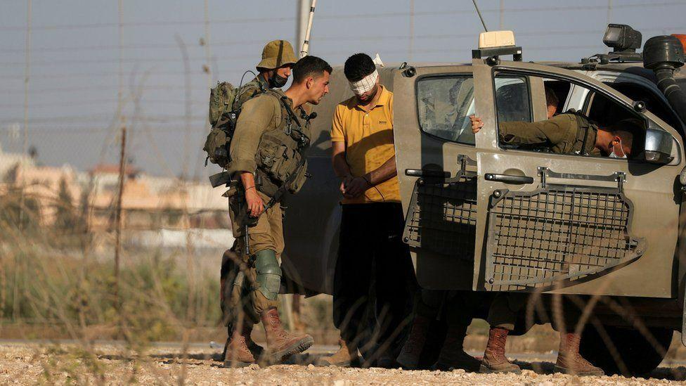القوات الإسرائيلية أقامت حواجز طرق في إسرائيل والضفة الغربية لمنع الفارين من الهروب إلى الأردن