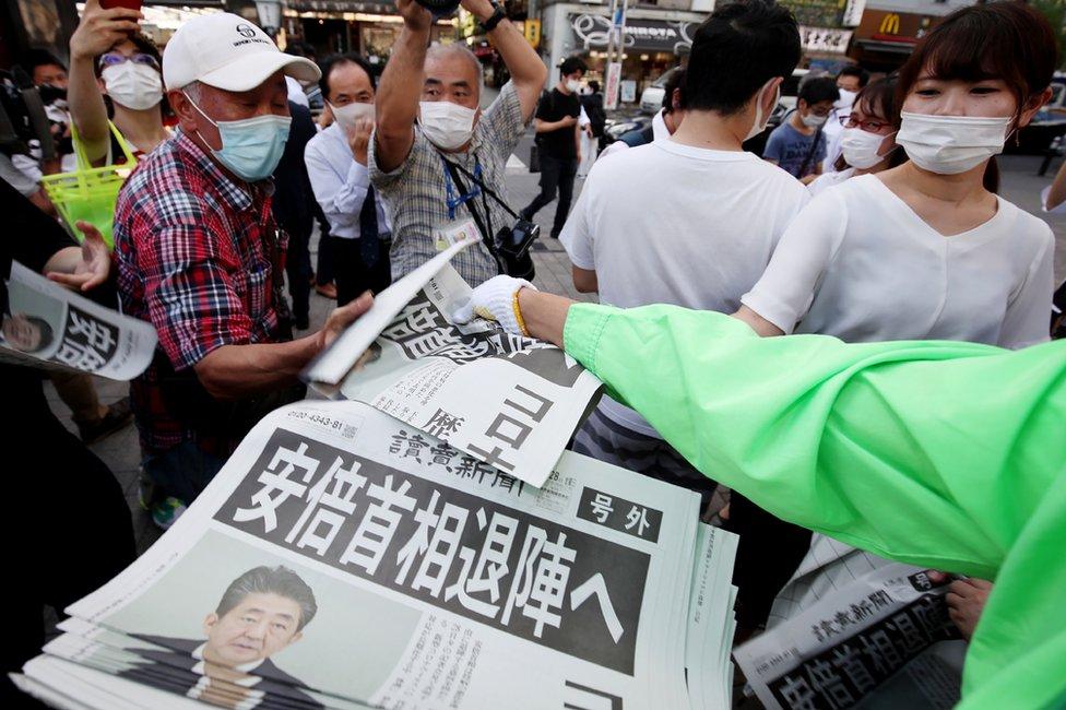 東京街頭民眾索取報道安倍晉三辭職的《讀賣新聞》號外(28/8/2020)