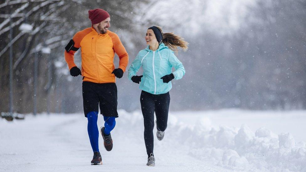 Mujer y hombre corriendo