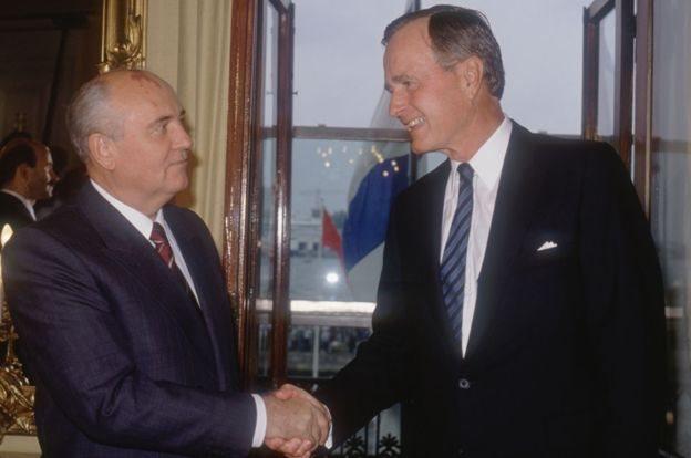 جورج بوش الأب يصافح نظيره السوفياتي ميخائيل غورباتشوف