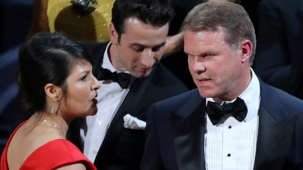 Martha Ruiz and Brian Cullinan confer on stage after the Best Picture was mistakenly awarded (26 February 2017)