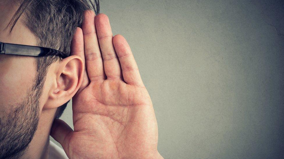 Hombre oyendo