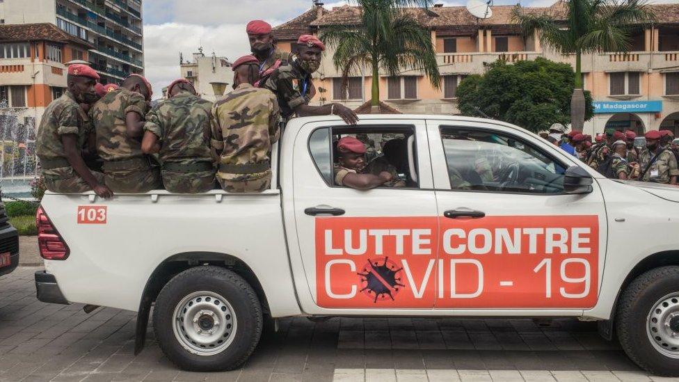 Tentara di truk dengan tanda bertuliskan