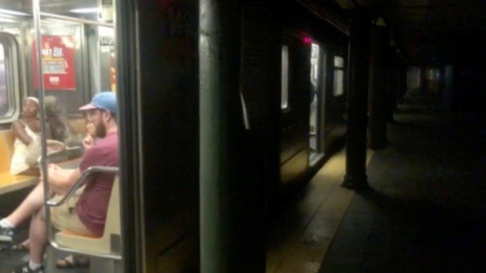 Un vagón del metro en la estación de la calle 66 en Manhattan, Nueva York