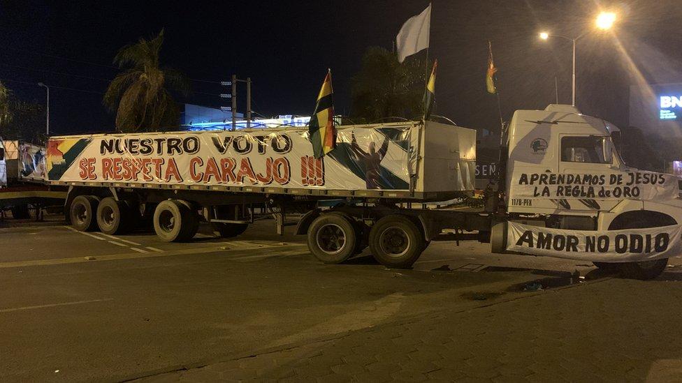 Camión bloqueando una vía en Santa Cruz, Bolivia