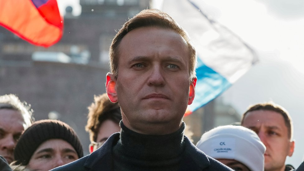 Alexei Navalny: Two hours that saved Russian opposition leader's life thumbnail