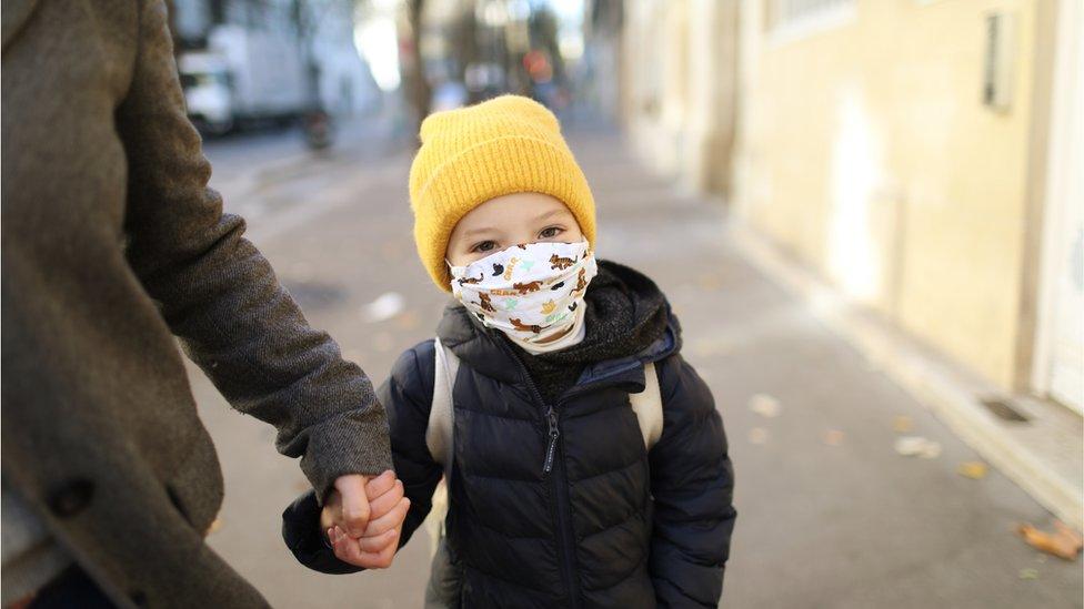 Criança de máscara