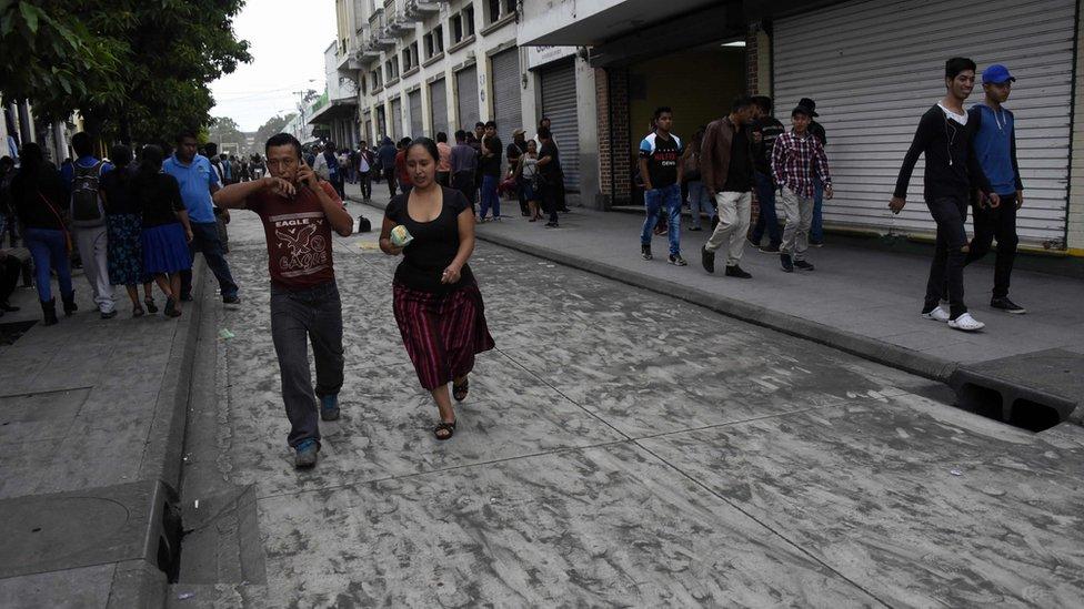 Personas en una calle de Ciudad de Guatemala