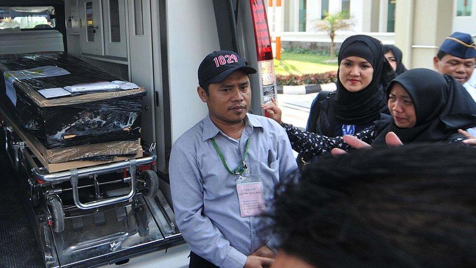 Keluarga salah satu dari 12 korban asal Indonesia ketika tiba di bandara Adi Sumarmo, Solo pada 6 September 2014.
