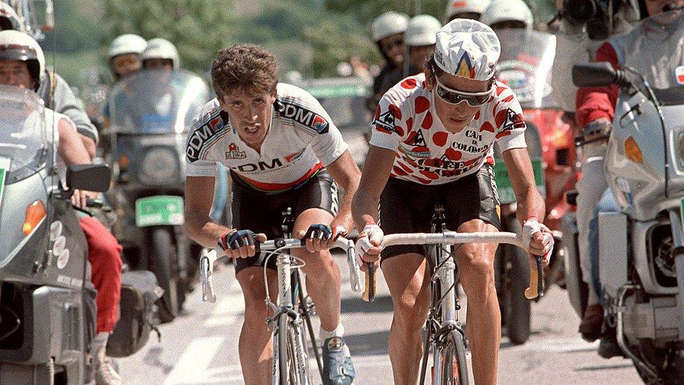 Lucho Herrera sube el mítico Alpe d´Huez en 1987 con la camiseta de rey de la montaña.