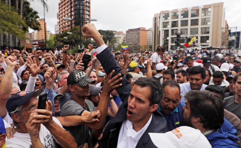 غويدو يحي أنصاره في كاراكاس بعد إعلان نفسه رئيسا للبلاد