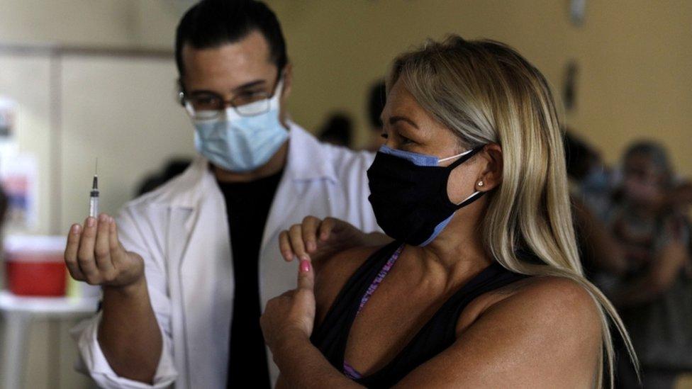 Professora de 51 anos recebendo dose de vacina contra o coronavírus