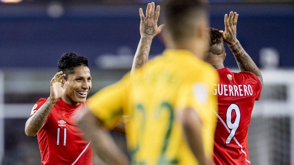 Ruidíaz celebra con Paolo Guerrero su gol ante Brasil.