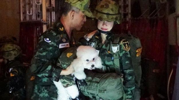 Maha Vajiralongkorn, Sineenat Wongvajirapakdi dan poodle.
