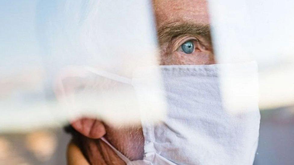 رجل طاعن في السن يتلقى اللقاح