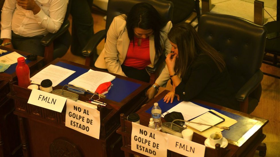 Congresistas de la oposición en El Salvador durante la votación