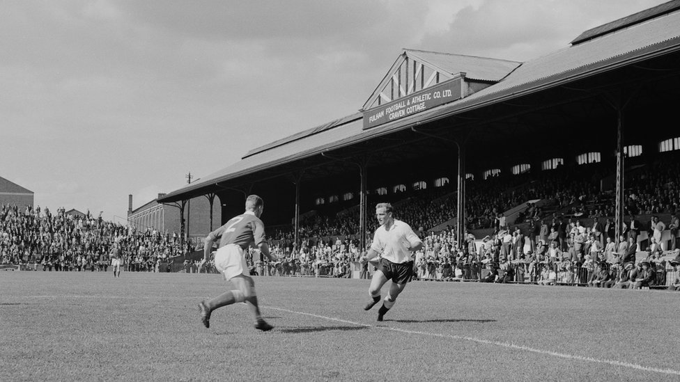 Striker Tosh Chamberlain in action for Fulham at Craven Cottage, 21st August 1959