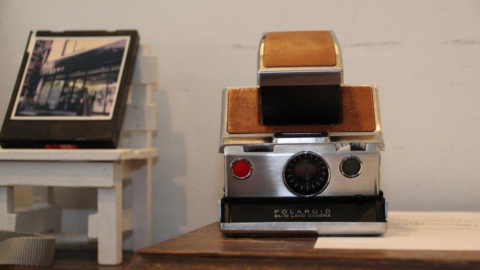 Cámara instantánea Polaroid antigua.