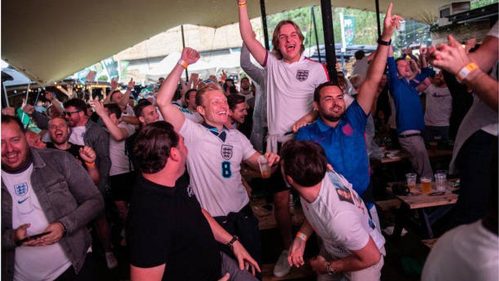 جمهور مشجعي المنتخب الإنجليزي تفاعلوا مع الحدث بحماس كبير
