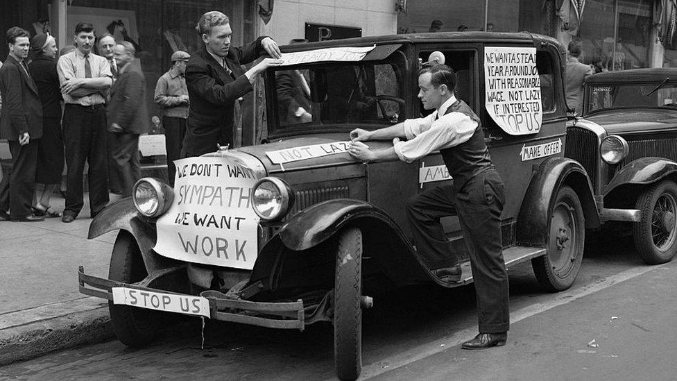 Trabajadores en busca de empleo durante la Gran Depresión.