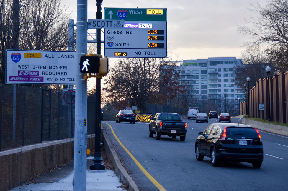 Una señal mostrando las tarifas variables para los conductores que usan la Interestatal 66 en Arlington