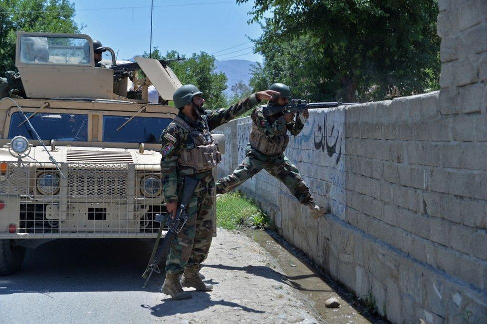 Afganistan ordusu ile Taliban militanları arasında ülkenin pek çok bölgesinde çatışmalar yaşanıyor